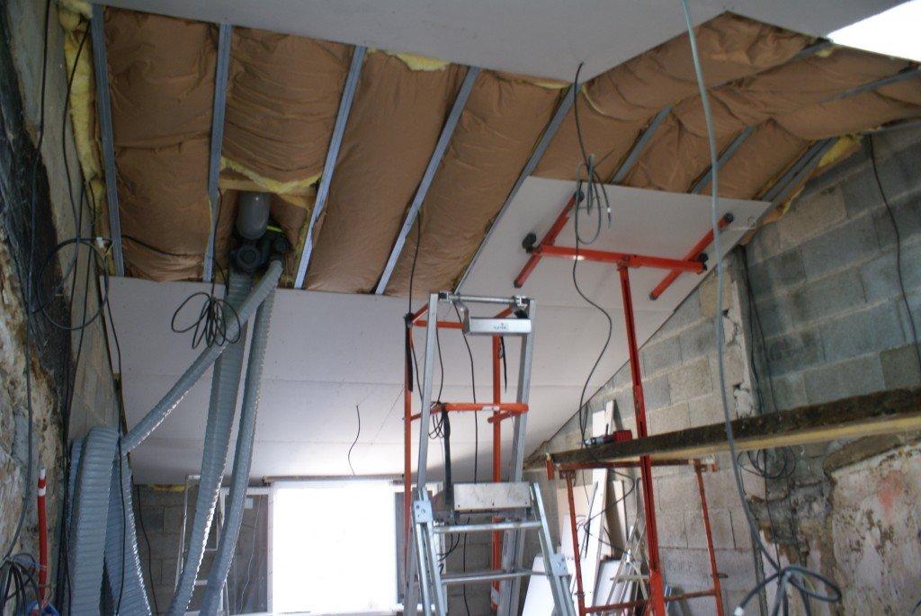 Renovechevroliere archives du blog le plaquage du plafond sous rampant - Ossature plafond rampant ...